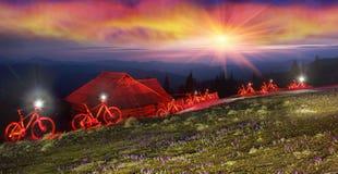 Conto de fadas da bicicleta da noite nas montanhas Fotos de Stock