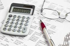 Conto finanziario con i rapporti di carta ed il calcolatore immagini stock