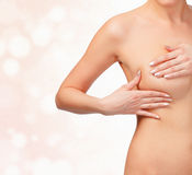 妇女contols她的癌症的乳房 免版税图库摄影
