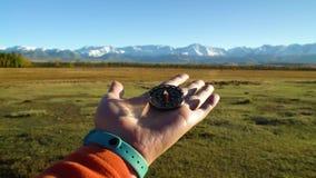Contornee a disposición en el terreno de las montañas almacen de video