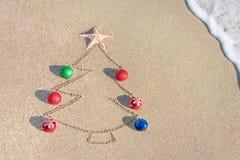 Contorno del árbol de navidad con las decoraciones, la estrella y la onda Imagen de archivo