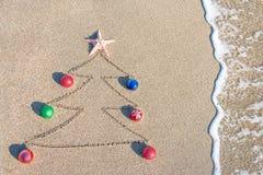 Contorno del árbol de navidad con las decoraciones, la estrella y la onda Foto de archivo libre de regalías