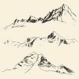 Contornos de las montañas que graban bosquejo del vector Imágenes de archivo libres de regalías