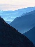 Contornos de montañas agudas, crecientes de lado a lado de humedad alta de la mañana Foto de archivo libre de regalías