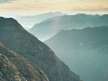 Contornos de montañas agudas, crecientes de lado a lado de humedad alta de la mañana Imagenes de archivo