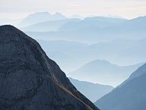 Contornos de montañas agudas, crecientes de lado a lado de humedad alta de la mañana Fotografía de archivo