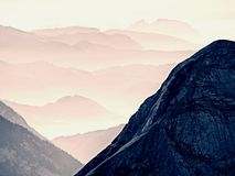 Contornos de montañas agudas, crecientes de lado a lado de humedad alta de la mañana Foto de archivo