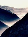 Contornos de montañas agudas, crecientes de lado a lado de humedad alta de la mañana Fotos de archivo