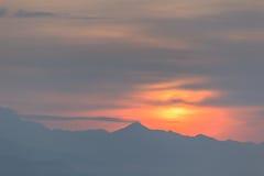 Contornos de montañas en una puesta del sol. Imagenes de archivo