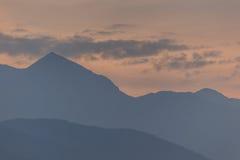 Contornos de montañas en una puesta del sol. Fotos de archivo