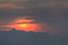 Contornos de montañas en una puesta del sol. Imagen de archivo libre de regalías