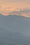 Contornos de montañas en una puesta del sol. Imagen de archivo
