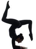 Contorsionist della donna che esercita yoga relativa alla ginnastica   siluetta Fotografia Stock