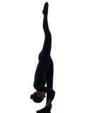 Contorsionista de la mujer que ejercita yoga gimnástica   silueta imagenes de archivo