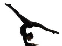 Contorsionista della donna che esercita yoga relativa alla ginnastica   siluetta Immagini Stock