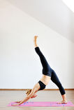 Contorsionista della donna che pratica yoga relativa alla ginnastica Fotografia Stock Libera da Diritti