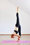 Contorsionista della donna che pratica yoga relativa alla ginnastica Immagini Stock Libere da Diritti