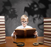 Contos assustadores de leitura do menino Fotos de Stock Royalty Free