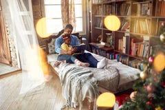 Contos de fadas afro-americanos da leitura do pai e da filha para imagens de stock royalty free