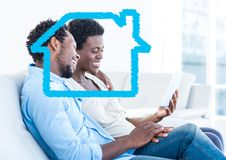 Contour à la maison avec des couples utilisant le comprimé numérique à la maison photos libres de droits