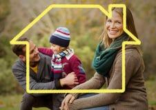 Contour à la maison avec la famille heureuse en parc images libres de droits