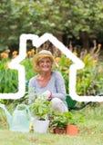 Contour à la maison avec la femme supérieure faisant du jardinage à l'arrière-plan photos libres de droits