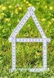 Contour blanc de maison dans l'herbe image stock