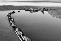 Contour de contour de bois de construction de décomposition d'un 18ème c Pollaca Brigg Burried par le sable À l'ouest Ho ! , Devo Photos libres de droits