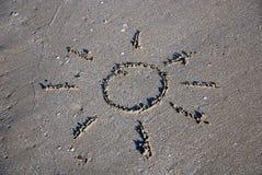 Contour de Sun sur le sable humide Photographie stock