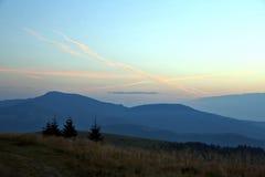 Contour des montagnes avant aube images libres de droits