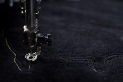 contour piquant de machine de broderie d'un porc sur le tissu de noir velvetely dans l'humeur légère foncée photos libres de droits