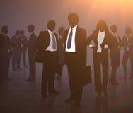 Contour van het zakenliedenbespreking en werk in het bureau voor de zon stock afbeeldingen