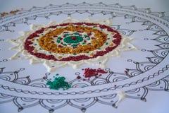 Contouren van mandala met kleurrijke losse materialen wordt gevuld dat stock fotografie
