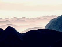 Contouren van scherpe die bergen, zij aan zij van ochtend hoge vochtigheid worden verhoogd stock foto