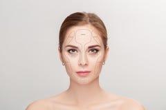 contouring Αποτελέστε το πρόσωπο γυναικών στο γκρίζο υπόβαθρο επαγγελματικός στοκ φωτογραφία με δικαίωμα ελεύθερης χρήσης