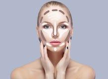 contouring Maak omhoog vrouwengezicht op grijze achtergrond Contour en Hoogtepuntmake-up royalty-vrije stock fotografie