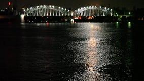 Contours brouillés par pont de rivière de ville de nuit Images libres de droits