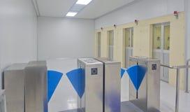 Contrôle d'accès de porte Douche d'air d'opération de contrôle automatique pour la pièce propre photographie stock