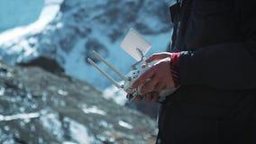 Contrôle d'extérieur de bourdon La main et la vue à distance d'un bourdon pilotent l'opérateur Un voyageur dans les prises neigeu clips vidéos