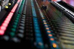 Contrôle de mixeur son pour la musique en direct image libre de droits