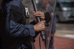 Contrôle de police anti-émeute la foule Photographie stock