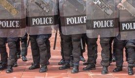 Contrôle de police anti-émeute la foule Photographie stock libre de droits