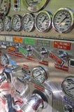 Contrôle de pompe de camion de pompiers Image stock