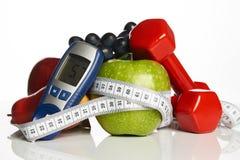 Contrôle de sucre de sang avec l'aliment biologique sain et haltères avec image libre de droits