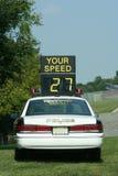 Contrôle de vitesse de véhicule de police Photo stock