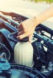 Contrôle de voiture de liquide réfrigérant images stock