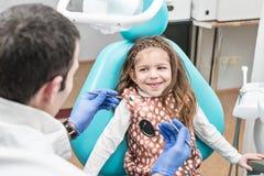 Contrôle dentaire d'un enfant image stock