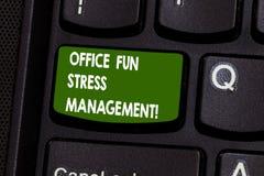 Contrôle du stress d'amusement de bureau d'écriture des textes d'écriture La signification de concept détendent le temps libre au images libres de droits