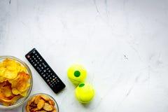 Contrôle et casse-croûte de TV sur l'espace blanc de vue supérieure de fond pour le tex Image stock