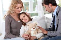 Contrôle médical sur l'enfant images stock